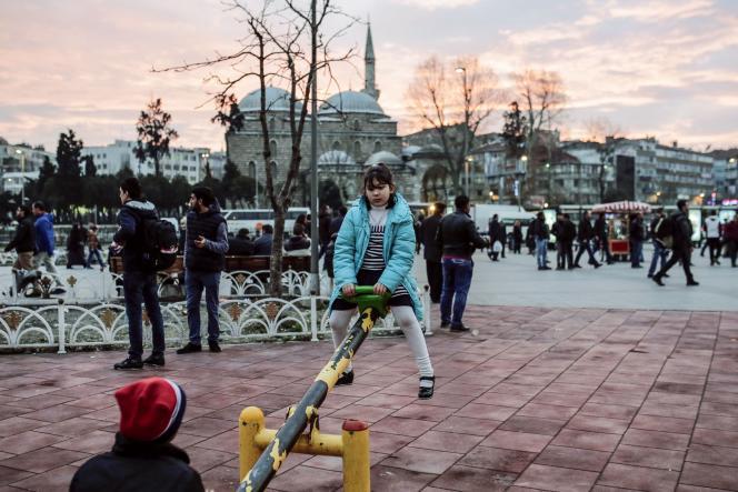 Des enfants réfugiés jouent à Istanbul, en Turquie, le 1er février 2016.