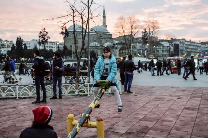 Des enfants syriens jouent dans le square Aksaray, à Istanbul, le 1 er février 2016.