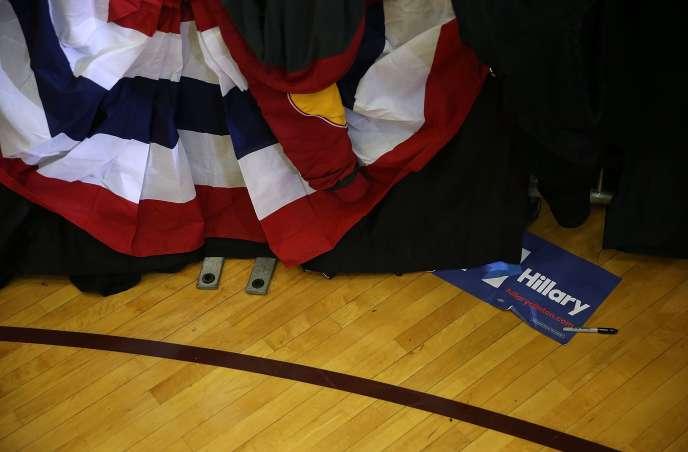 Une affiche en faveur de la candidate démocrate Hillary Clinton, lors d'un événement de l'ancienne secrétaire d'Etat à Des Moines dans l'Iowa, le 31 janvier 2016.