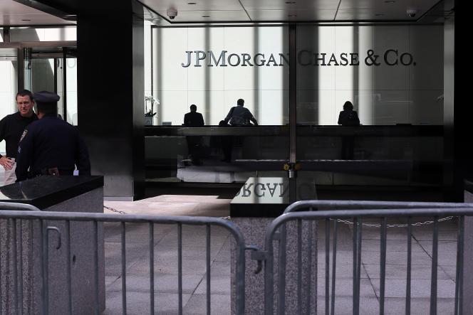 Dans des métiers où faire des semaines de cent heures est considéré comme une routine, il n'est pas évident de faire évoluer les pratiques et les esprits (Photo: siège de la banque JPMorgan à Manhattan en octobre 2012).