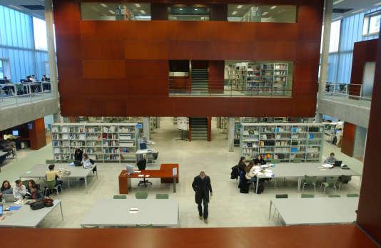 Bibliothèque universitaire des sciences du campus Orléans-LaSource (Loiret).