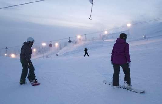 Le soir, à Yllas, les skieurs peuvent profiter de la glisse sur des pistes éclairées.