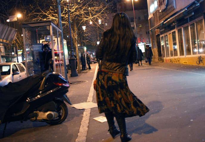 Une prostituée chinoise se promène dans une rue du quartier de Belleville à Paris, le samedi 31 janvier 2009, à la recherche de clients.