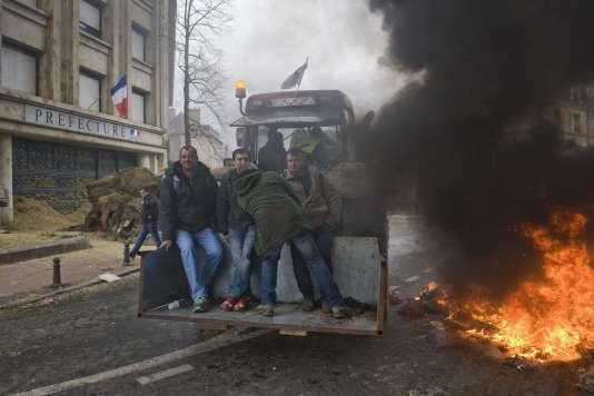 Des éleveurs manifestent devant la préfecture de Moulins, le 1er février 2016.