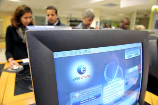 L'Insee a annoncé une baisse du chômage en 2015, alors que Pôle emploi a comptabilisé une hausse, avec des chiffres sans commune mesure. Explications.
