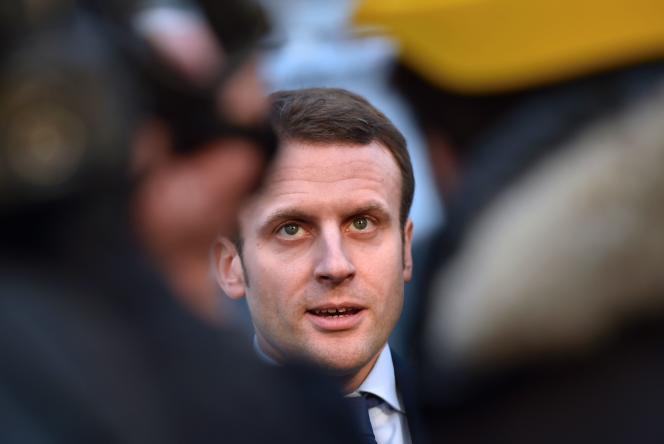 Emmanuel Macron s'adresse à des journalistes le 1er février 2016 à Saint-Nazaire.