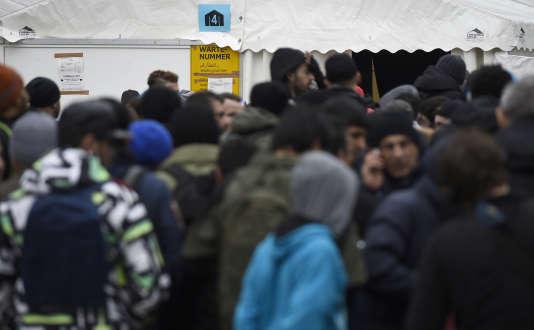 Un groupe de migrants attend devant une tente du ministère des affaires sociales, àBerlin, le 27 janvier. Le premier foyer destiné aux migrants homosexuels doit ouvrir ses portes à Nuremberg (Bavière).
