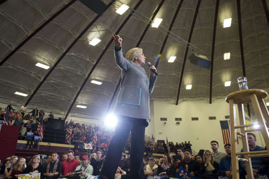 """La direction du """"Des Moines Register"""" dit être impressionnée par « les connaissances et l'expérience » d'Hillary Clinton, ici à dans un lycée de la ville de l'Iowa, le 30 janvier."""