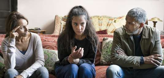 Inès (Samia Sassi), Chama (Lina Elarabi) et Sami (Sami Bouajila) dans «Ne m'abandonne pas», de Xavier Durringer.