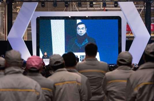 Le PDG de Renault Carlos Ghosn devant lesouvriers de la nouvelle usine de Wuhan, la première usine chinoise du groupe, lors de son inauguration le 1er février 2016.