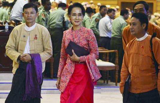 Aung San Suu Kyi (au centre), dans la chambre basse du Parlement, à Naypyidaw, la capitale birmane, le 1er février 2016.
