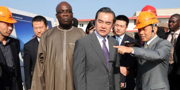 Le ministres des affaires étrangères chinois Wang Yi et le ministre de la culture sénégalais Abdoul Aziz Mbaye, en janvier 2014 à Dakar.