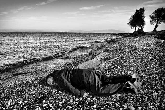 L'image d'Ai Weiwei dans la position du petit Aylan, réalisée par le photographe Rohit Chawla pour