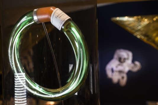 """""""La bouteille de l'espace"""" est sphérique pour être fonctionnelle en gravité zéro et de couleur verte, tel un vestige de la bouteille terrestre."""