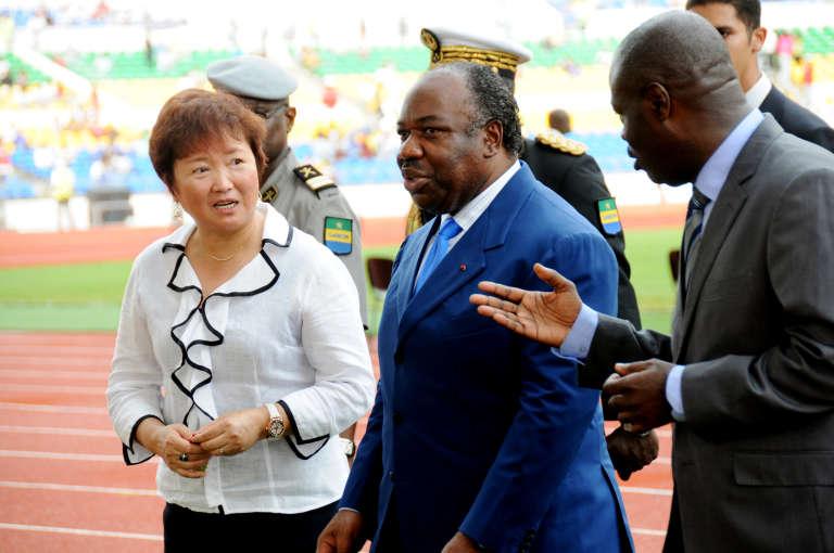 Le président du Gabon Ali Bongo Ondimba (au centre) ici en 2011 avec l'ambassadrice de Chine à Libreville et le président de la fédération de footballPlacide Dieudonné Engadjas durant l'inauguration du stade de l'Amitié.
