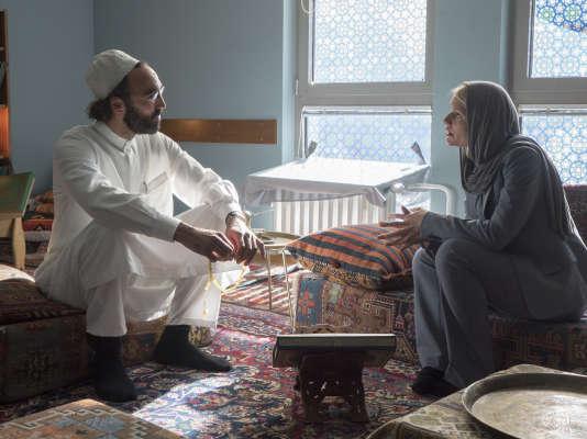 Samir Fuchs est Sheik Hafiz et Claire Danes est Carrie Mathison dans la cinquième saison de Homeland.