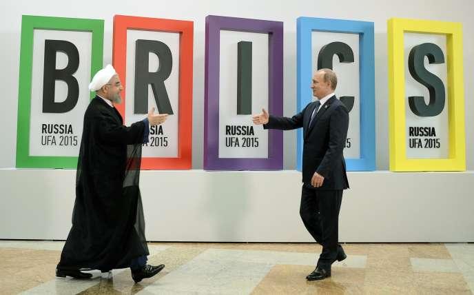 Le président russe Vladimir Poutin (à droite) et le président iranien Hassan Rouhani, lors du 7è sommet des Brics, en juillet 2015, à Oufa (Russie)