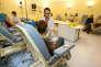 Une infirmière installe une perfusion à une patiente avant une séance de chimiothérapie, le 17 Janvier 2007 dans une salle de traitement du centre hospitalier Oscar Lambret de Lille.