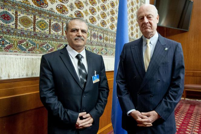 Staffan de Mistura, l'envoyé spécial de l'ONU pour la Syrie (à droite), et Assad Al-Zoabi, du Haut Comité pour les négociations, à Genève, mardi 2 février.