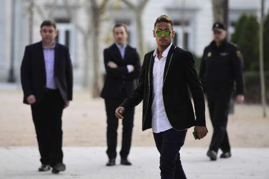 L'attaquant brésilien Neymar quitte le tribunal de Madrid où il a été entendu concernant des irrégularités dans la signature de son contrat avec le Barça, le2février2016.
