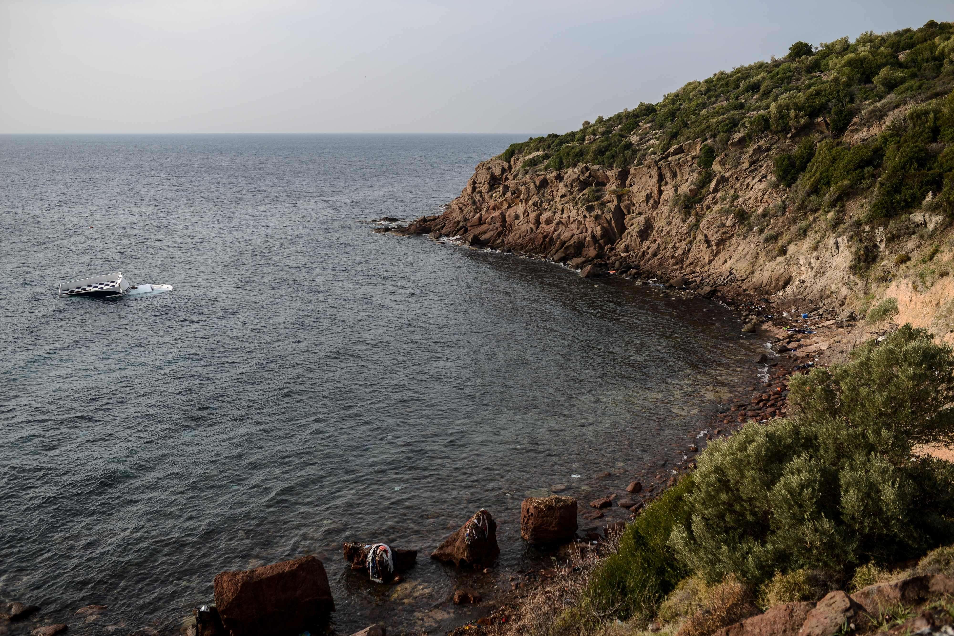 Le bateau, face à la crique où il a sombré, à quelques mètres du rivage.