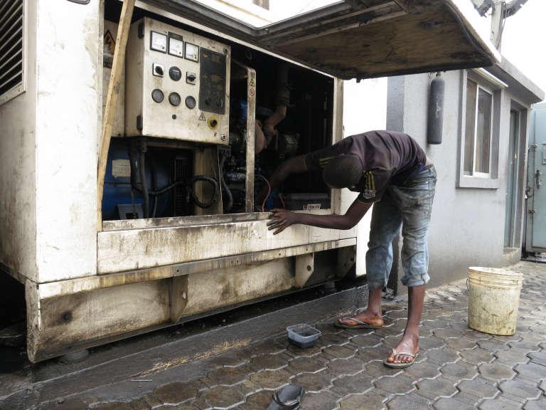 Entretien d'un groupe électronège à Lagos, au Nigeria, en 2014.