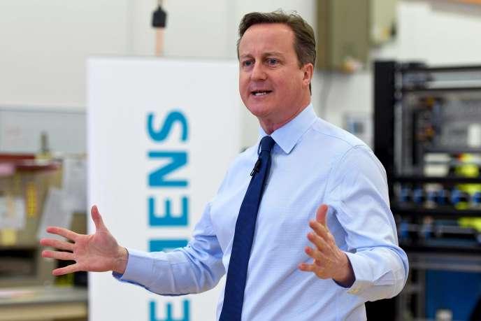 Le premier ministre britannique, David Cameron, dans une usine Siemens de Chippenham (ouest de l'Angleterre), le 2 février.