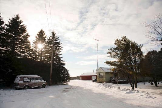"""Depuis la diffusion du documentaire """"Making a Murderer"""" sur """"l'affaire Steven Avery"""", des visiteurs viennent se faire photographier devant la maison et la casse de voitures de la famille Avery, à Manitowoc (Wisconsin)."""