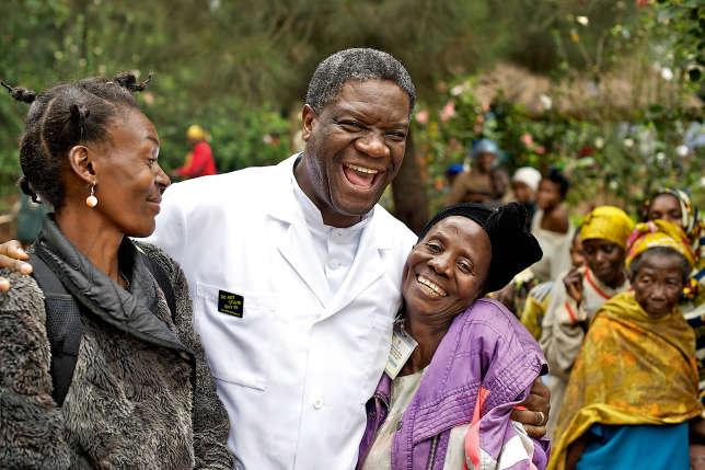 En 1996, Denis Mukwege (ici avec deux anciennes patientes en 2011) est chirurgien à Lemara, au Kivu, lorsqu'il assiste au massacre de l'hôpital.