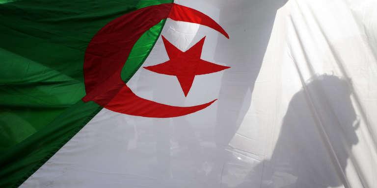 Un drapeau algérien lors d'une manifestation à Alger en février 2011.