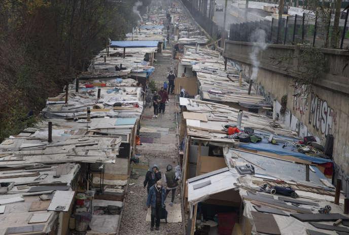 Installés depuis le mois de juin sur une voie ferrée désaffectée au niveau de la porte de Clignancourt (18e arrondissement), près de 200Roms ont dû être évacués mercredi3février.