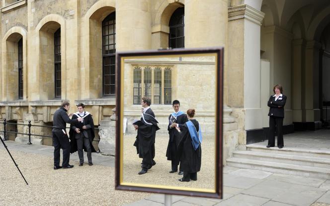 Des étudiants fraîchement diplômées font la queue pour être pris en photo après leur cérémonie de remise des diplômes, à l'Universitéd'Oxford, le 28 mai 2011