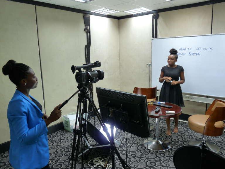 Filmée par Francesca, Esther Kwapong donne un cours de mathématiques qui est retransmis par satellite dans plusieurs écoles du Ghana, à Accra le 27 janvier.