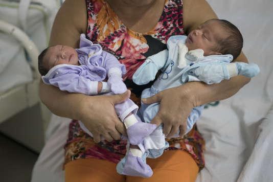 Deux bébés brésiliens, dont l'un est atteint de microcéphalie.