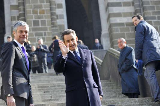 Nicolas Sarkozy et son conseiller en stratégie Jean-Michel Goudard (deuxième en partant de la droite), au Puy-en-Velay, en France, en mars 2011.