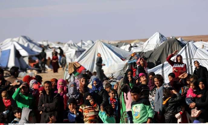 Des réfugiés syriens dans un camp de fortune, près du poste frontière d'Hadalat (Jordanie), le 14janvier.