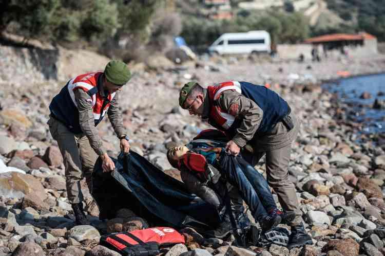 Des gendarmes turcs évacuent un des enfants victimes du naufrage.