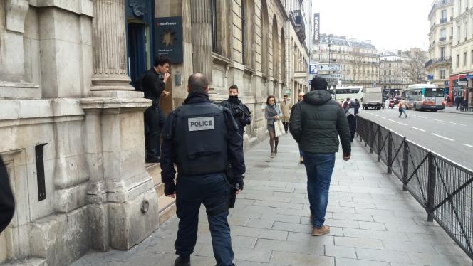 Des policiers surveillent l'entrée du lycée Condorcet à Paris suite à des menaces téléphoniques, le 2 février 2016.