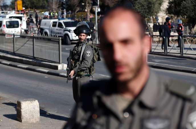 Des policiers israéliens patrouillent dans Jérusalem, le 3 février.