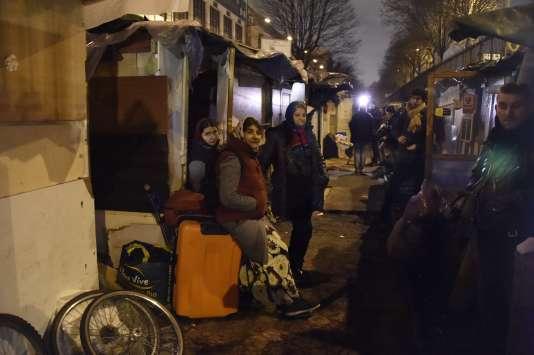 Si plusieurs centaines de personnes ont transité dans ce camp depuis plusieurs mois, seules 80 ont accepté d'être relogées dans des hôtels éparpillés en Ile-de-France.