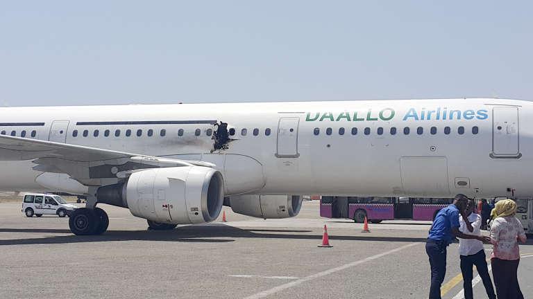 L'avion de la Daallo Airlines, à l'aéroport de Mogadishu en Somalie, après un atterrissage forcé à la suite d'une explosion causée par une bombe, le 2 février 2016.