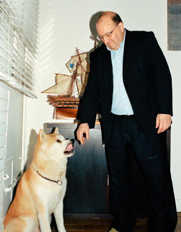 Julien Dray et son chien Ekyo, à Paris le 30 janvier 2016.
