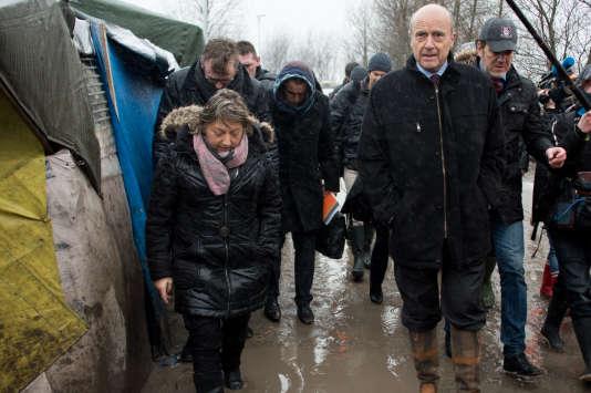 """Natacha Bouchart, maire de Calais, et Alain Juppé, maire de Bordeaux, dans la """"jungle"""" de Calais, le 27 janvier 2016."""