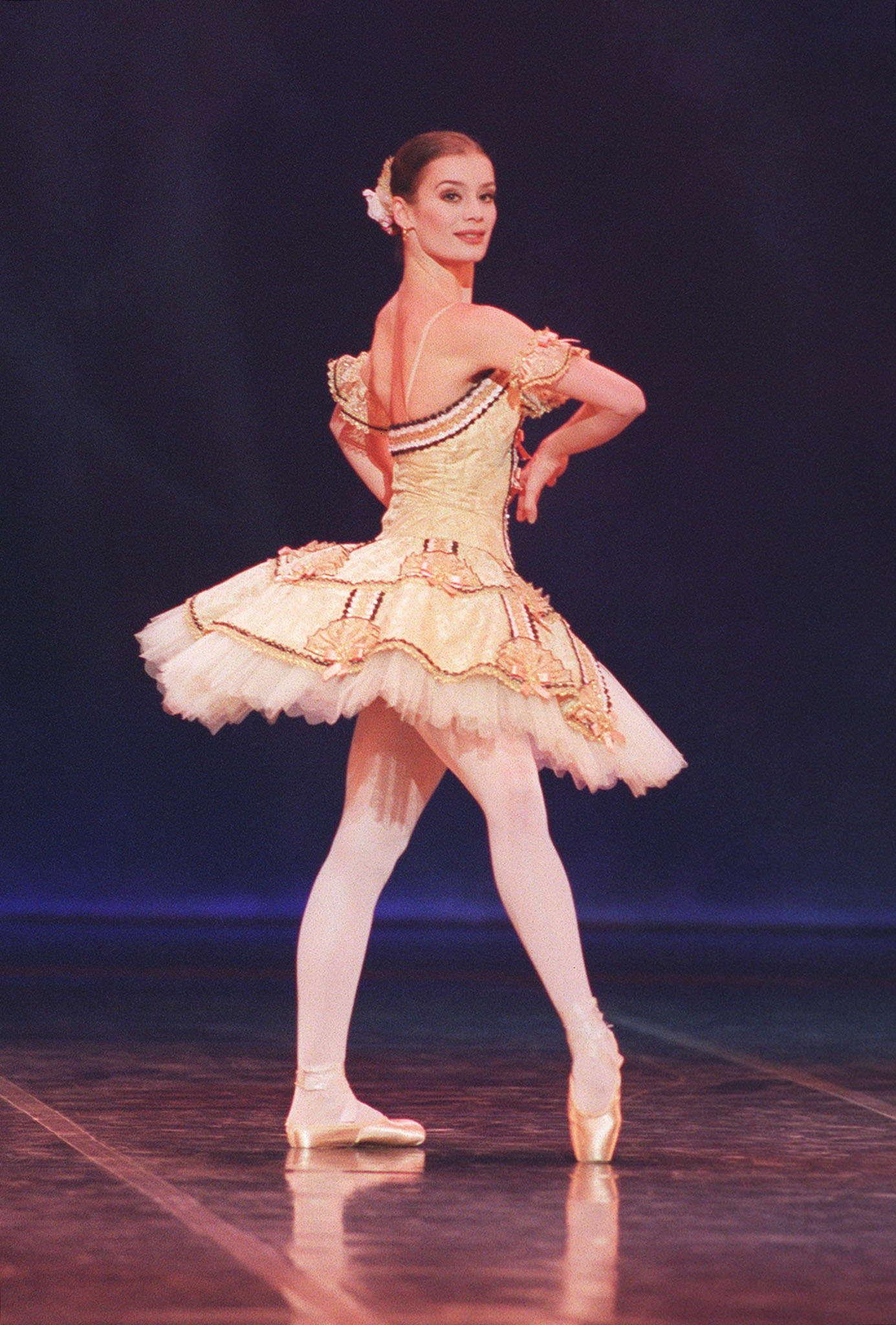 """Le 16 janvier 1999, Aurélie Dupont vient de fêter ses 26 ans. L'image a été prise peu après sa nomination comme danseuse étoile à l'issue d'une représentation de """"Don Quichotte"""", de Rudolf Noureev."""