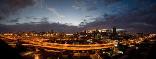 Vue panoramique de Johannesburg et son auturoute M1.