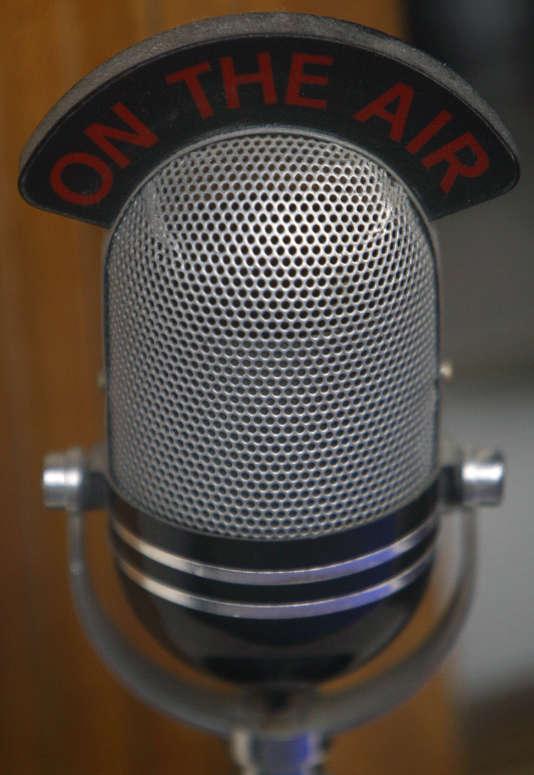 Un micro dans une vitrine du siège de la BBC, à Londres, en novembre 2008.