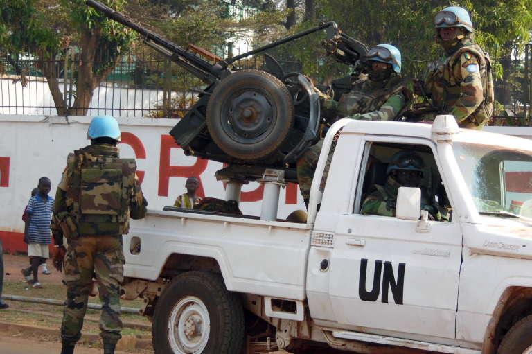 Une patrouille des casque bleus à Bangui, le 30 décembre 2015