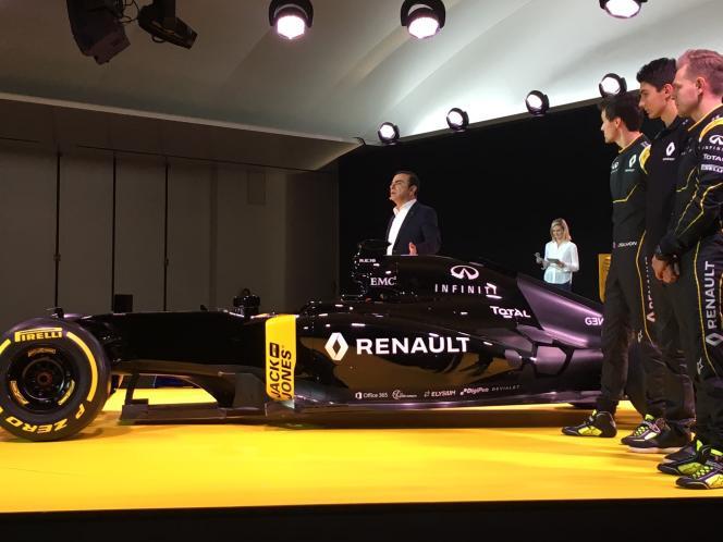 Carlos Ghosn, président de Renault, et les trois pilotes, de gauche à droite, Jolyon Palmer, Esteban Ocon et Kévin Magnussen, autour de la RS16, le 3 février au Technopole de Guyancourt.