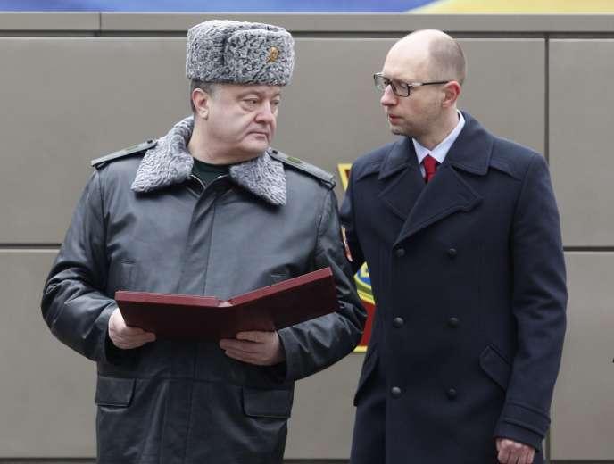 Le président ukrainien,  Petro Porochenko,  et son premier ministre, Arseni Iatseniouk, à Kiev, le 13 février 2015.