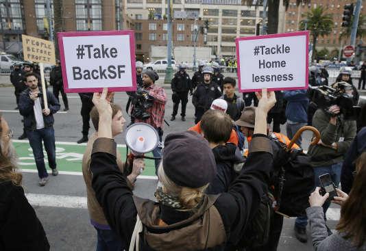 « Reprenez SF » et « Attaquez-vous au problème des sans-abri », peut-on lire sur les pancartes de cette manifestante, le 3 février, à l'approche du Super Bowl.
